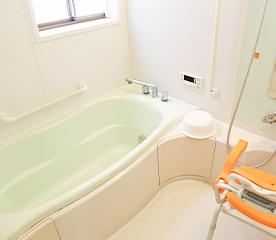 座った状態で入浴できるリフト浴完備の浴室