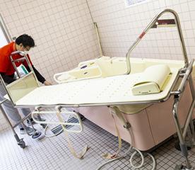 専用ストレッチャー&担架で、寝たままの姿勢で入浴するタイプの介護浴槽