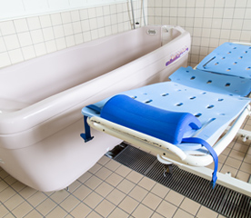 寝台浴可能な特殊浴槽完備の浴室